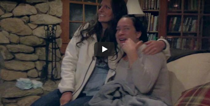 Das Paar hielt die Schwangerschaft geheim – schau, als sie mit ihrem Neugeborenen nach Hause kommen!