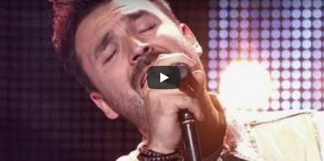 Der attraktive junge Mann singt ein Liebeslied – doch Sekunden später überrascht er das gesamte Publikum!