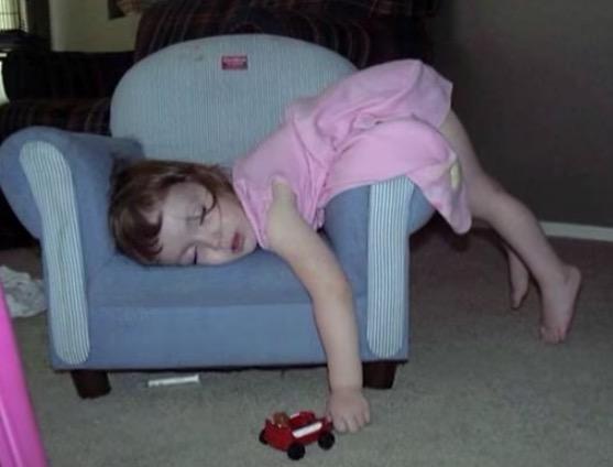 20 Kinder, die überall schlafen können.