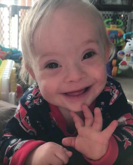 Lucas hat Down-Syndrom und ist das neue Gesicht der Marke Gerber – er lächelt sich direkt in unsere Herzen