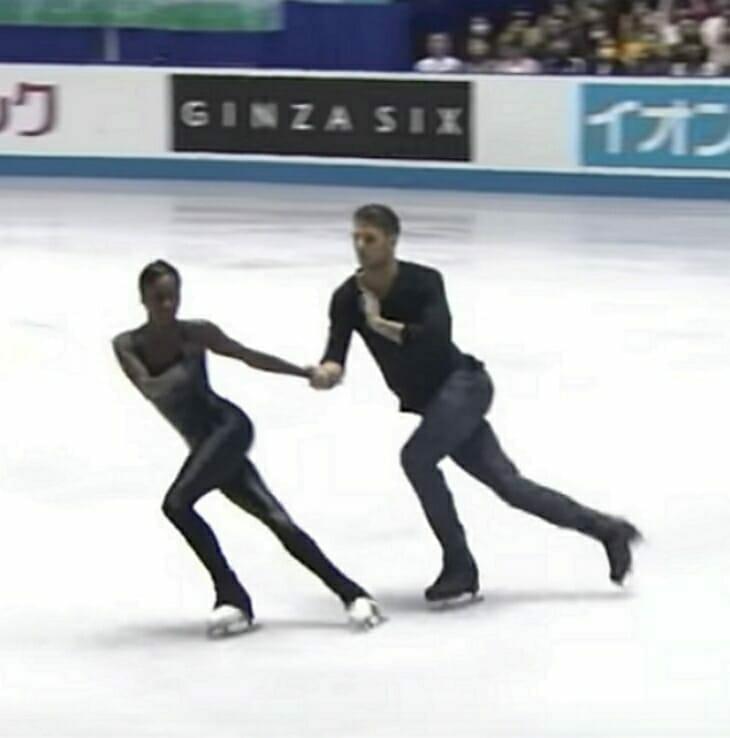 """Aus den Lautsprechern tönt """"Sound of Silence"""" – und ihre Bewegungen auf dem Eis dem Publikum den Atem"""