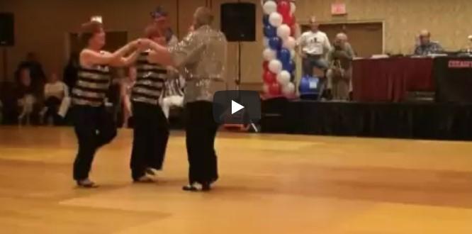 Das Paar beginnt seine Tanznummer, aber schauen Sie, eine andere Frau läuft auf die Tanzfläche!