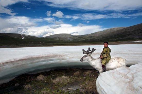 Fotograf begleitet Naturvolk mit besonderem Bund zu Tieren.