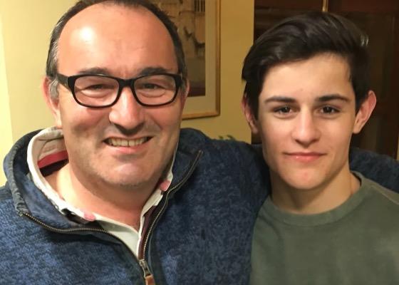 16-jähriger Sänger wird bei Talentshow von Papa überrascht.