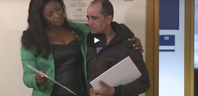 Obdachloser findet einen Scheck in Höhe von über 8000 Euro, als er ihn zurückbringt, verändert sich sein Leben