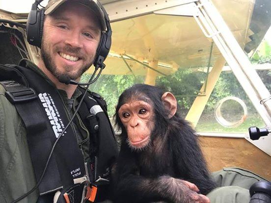 Gerettetes Affenbaby knuddelt mit Piloten.