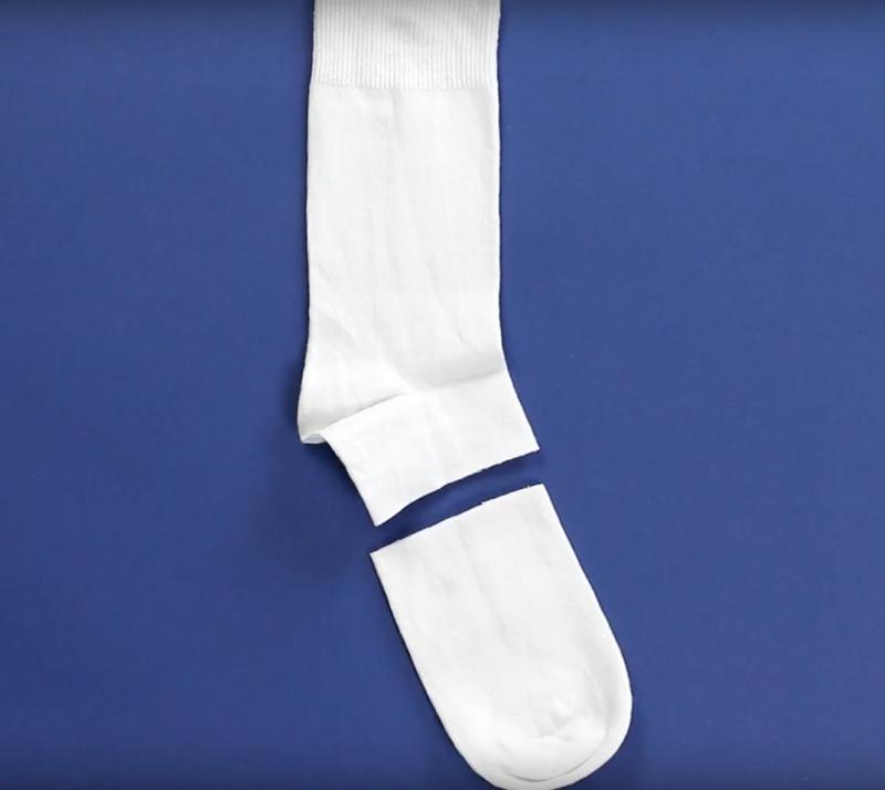 Kreative Geschenkidee: Mini-Schneemann aus einer Socke und etwas Stoff zum Selbermachen.