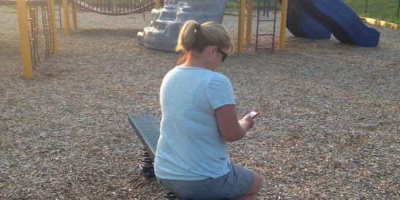Frau verteidigt Mama, die auf Spielplatz am Handy hängt.