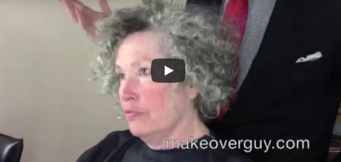 Die Frau hat ihre grauen Haare satt und wünscht sich wilde, rote Haare
