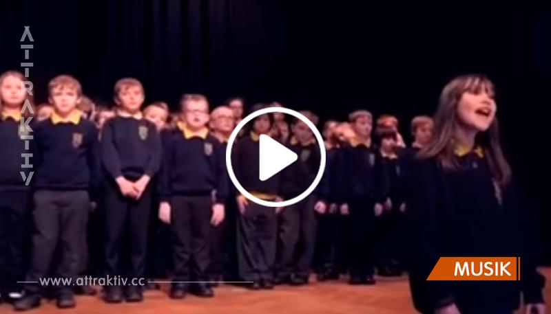 Mädchen mit Autismus singt einen Klassiker – und rührt das Publikum zu Tränen