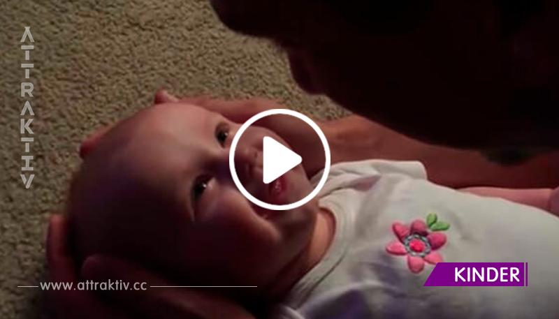 Die Tochter liegt in den Armen ihres Papas – ihre Reaktion, als er zu singen beginnt, ist das Allersüßeste