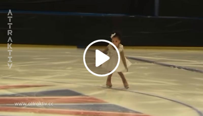 Das Mädchen posiert auf den Eis – als der Junge dazukommt. liefern sie eine tolle Show ab