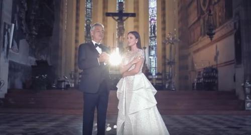 Andrea Bocelli singt ein atemberaubendes Duett mit Aida Garifullina in einer Kirche