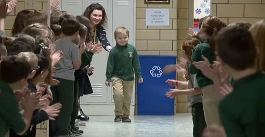 Kind besiegt Krebs:Als er wieder zur Schule geht,wird er von Mitschülern gefeiert