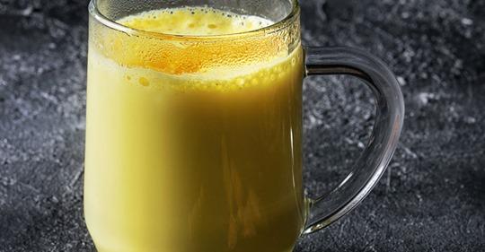 Hausmittel gegen Reizhusten: Heiße Milch mit Ingwer und Honig
