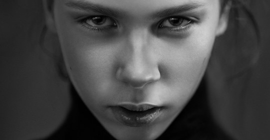 Böse Menschen: 10 Zeichen, dass ein Mensch dir bewusst schaden will