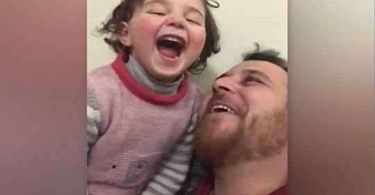 Syrischer Vater erfindet 'Lach-Spiel',um seine Tochter von Bombengeräuschen abzulenken