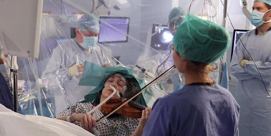 Frau spielt während ihrer eigenen Hirn-OP Geige