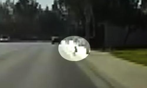 Nachdem er ein Kleinkind einen Ball auf die Straße nachlaufen sah, wartete ein Polizist im Ruhestand auf die Rückkehr der Eltern
