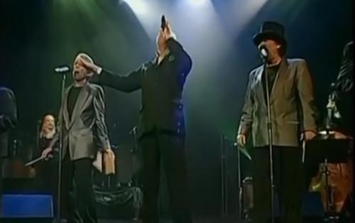 The Tokens geben vor einem jubelnden Publikum eine ihrer letzten Aufführungen von 'The Lion Sleeps Tonight'