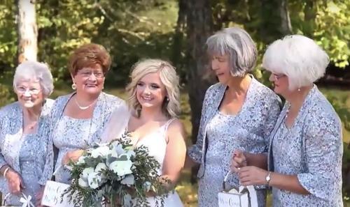 Ein Brautpaar beschließt, die gewöhnlichen Blumenmädchen gegen ihre vier Großmütter auszutauschen