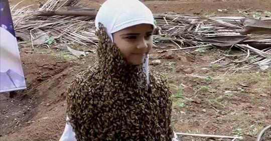 Kleidung aus krabbelnden Insekten: Achtjährige trägt beeindruckenden Bienenbart