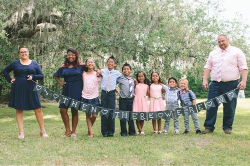 7 Geschwister nach fast 4-jährigem Leben in getrennten Pflegeheimen gemeinsam adoptiert