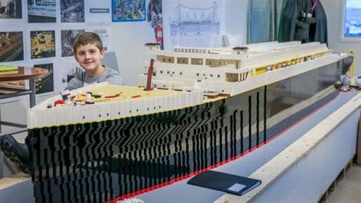 Unglaubliche Leistung Autistischer Junge baut Titanic mit 56.000 Legosteinen nach