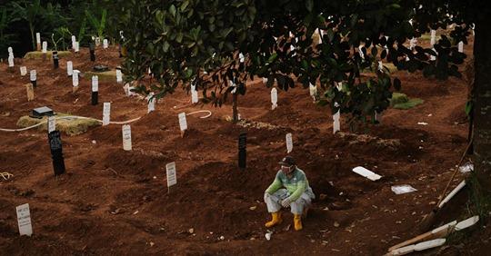 Indonesien: Maskenverweigerer müssen Gräber für Covid 19 Tote ausheben