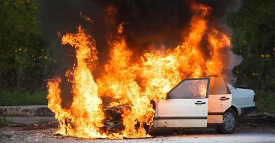 Mutiger Held Teenager rettet Mutter und drei Kinder aus brennendem Auto