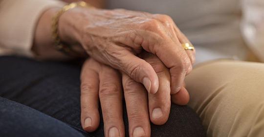 Auch der Tod kann sie nicht trennen Nach 63 Jahren Ehe: Paar stirbt nur eine Stunde nacheinander