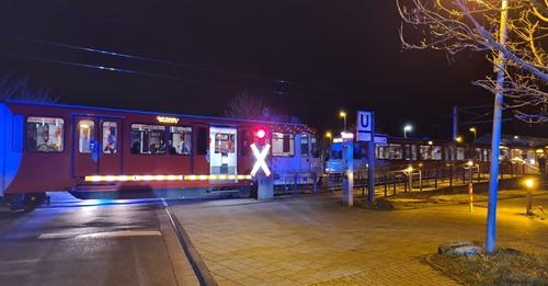 NRWHund von Bahn angefahren und eingeklemmt – 15-jährige Besitzerin erleidet Schock