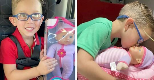 """Ein kleiner Junge bittet seine Mutter darum, ihm eine Puppe zu kaufen, um die er sich kümmern kann, weil er """"ein großer Papa werden will"""""""