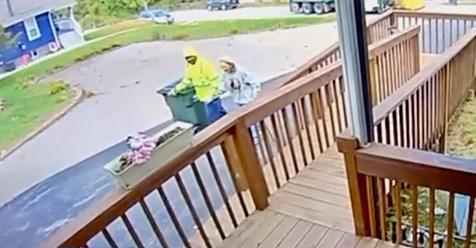 Ein Müllmann wird von der Kamera festgehalten, während er mehr als nur seine Arbeit tut, um einer älteren Frau zu helfen