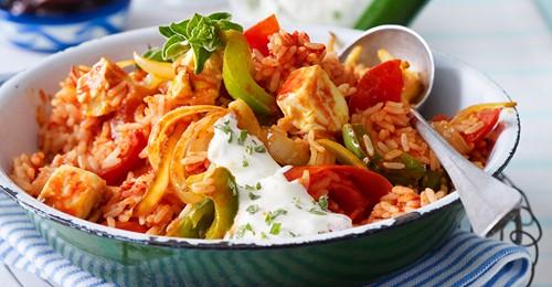 Griechische Reispfanne mit Paprika, Tomaten, Schafskäse und Knoblauchdip