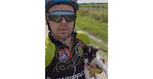 Rührende Videos Radfahrer findet einsamen Welpen auf abgelegenem Feldweg – und rettet ihm das Leben