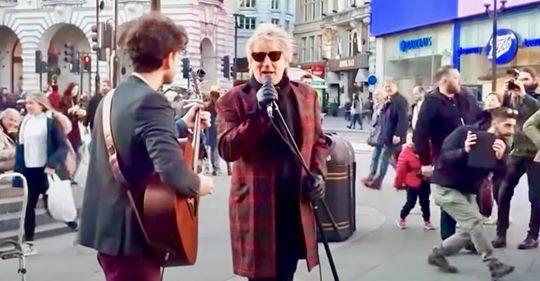 Rod Stewart bemerkt einen Straßenkünstler, der sein Lied spielt, und er kann nicht anders, als mitzumachen