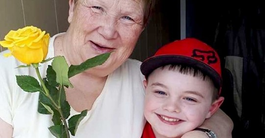 6 jähriger Junge schenkt mit seinem Ersparten jeder Frau in der Nachbarschaft eine Rose: ein wahrer Gentleman