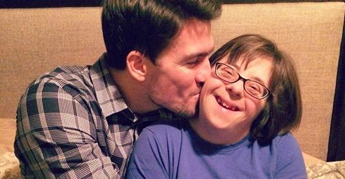 Süßeste Reaktion Frau mit Down Syndrom flippt aus vor Freude, als sie erfährt, dass sie Trauzeugin wird