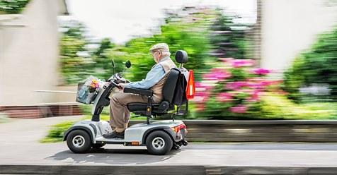 Rentner (83) ist mit seinem Elektro-Roller unterwegs und biegt falsch ab – fährt mit 6 km/h auf Autobahn