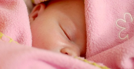 Die Mutter will nur neutrale Kleidung für die noch ungeborene Tochter: Ihre Schwiegermutter kauft ihr nur rosafarbene Kleidchen