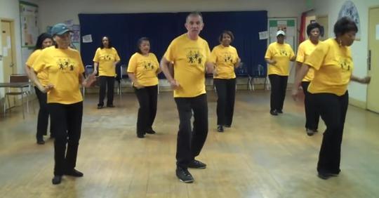 70-jähriger Mann stiehlt mit seinen Moves im Tanzunterricht allen die Show