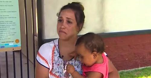 Mutter erschüttert, nachdem sie aufgrund öffentlichen Stillens aus Schwimmbad geworfen wurde