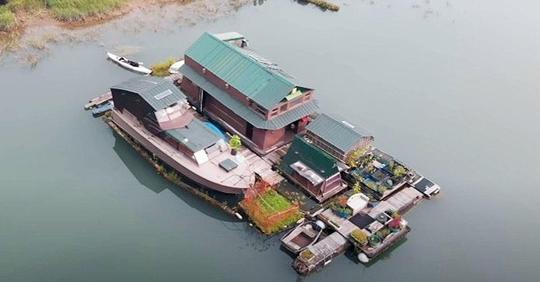 Mann baut mit alten Materialien ein komplett autarkes Insel-Zuhause