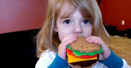 Sie denkt, dass die Freundin ihrer Tochter unterernährt ist, weil sie Veganerin ist, und kocht ihr heimlich Gerichte auf Fleischbasis