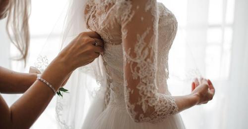 Ein Teenager ruiniert rücksichtslos das 'unbezahlbare' Hochzeitskleid ihrer Tante, so dass ihr Vater sie zwingt umgerechnet 12700 € an Ersparnissen zu zahlen